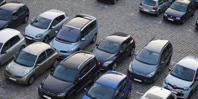 Parking de coches de segunda mano.