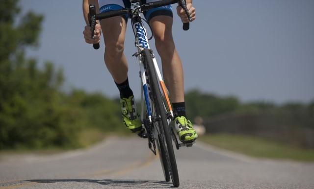 Tren inferior de un ciclista pedaleando.