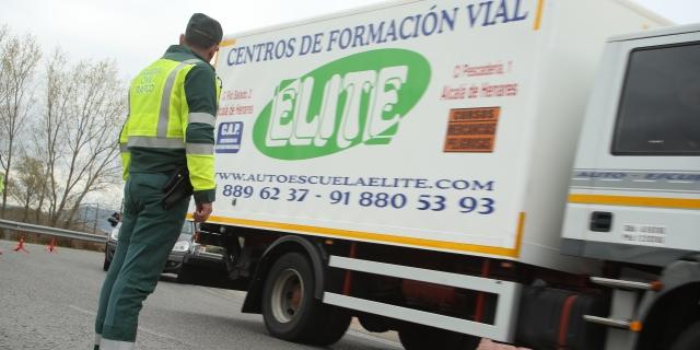 agente inspeccionando camiones en plataforma logística