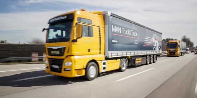 camiones circulando por uno de los peajes obligatorios