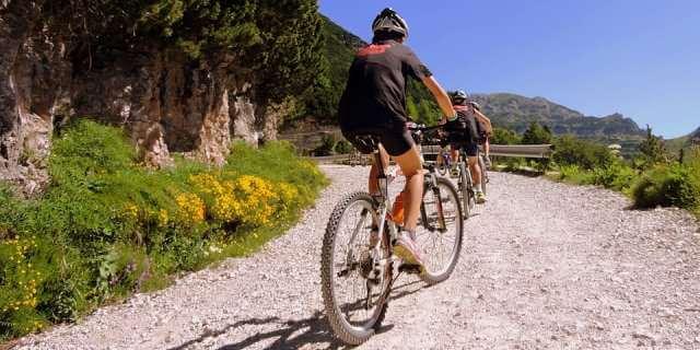 Dos ciclistas realizando una ruta.