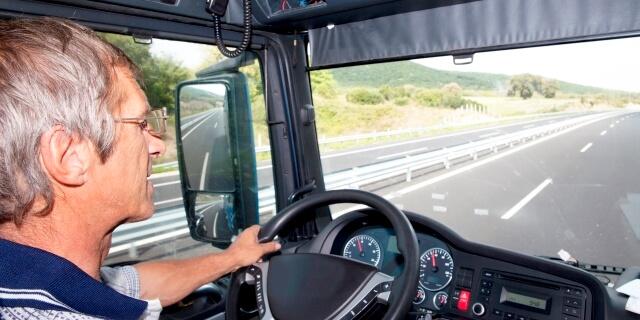 conductor de internacional circulando por carretera