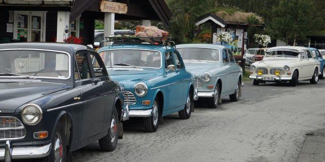 Coches clásicos aparcados en fila.