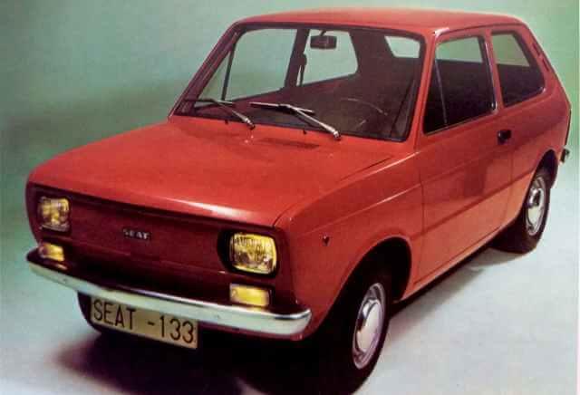 SEAT 133 rojo de dos puertas.