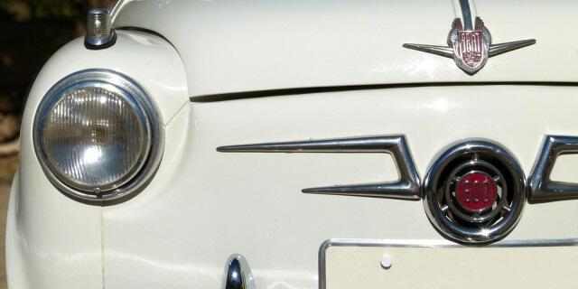 Parte delantera de un SEAT 600 blanco.