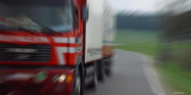 transportistas como el de la foto, que circula en un camión MAN, sufren cada día la morosidad en los pagos de sus facturas