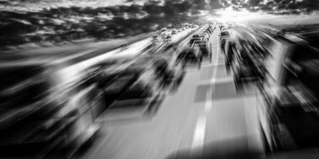 Imagen de carretera repleta de tráfico en noticia sobre accidentes del estudio de MAPFRE en Navidad