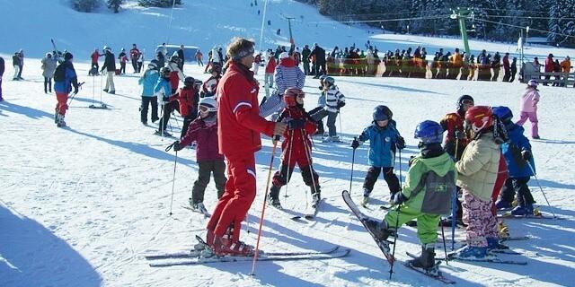 Profesor de esquí en una clase infantil