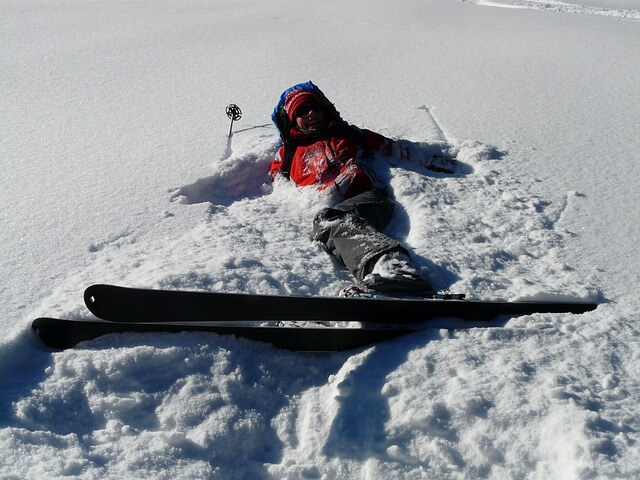 El suelo es tu inseparable compañero de jornada cuando estás aprendiendo a esquiar