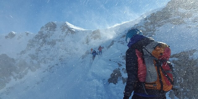Ventisca en la montaña arruinando la jornada de esquí