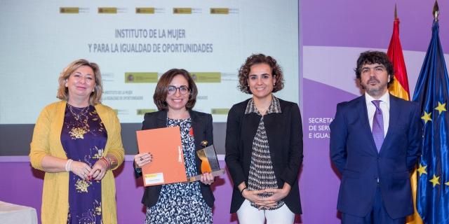 AXA recibe premio Igualdad Mujer de manos de la Ministra Dolors Montserrat