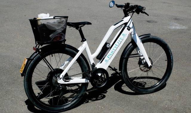 Bicicleta eléctrica aparcada en la calle.