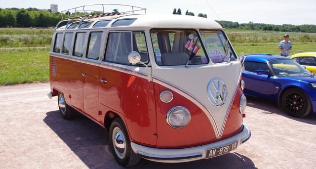 Volkswagen Bully de color rojo y blanco.