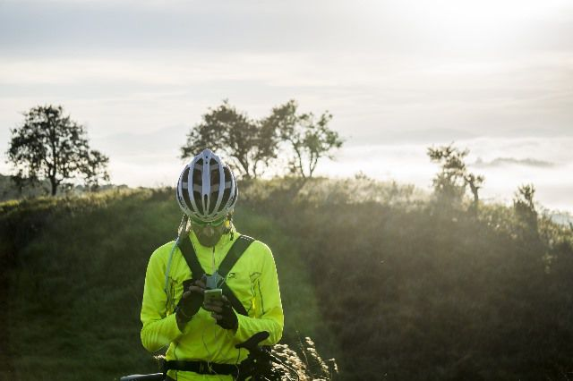 Ciclista consulta su documentación