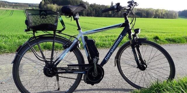 E-bike aparcada en un camino.