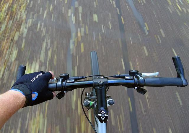 Unos buenos guantes facilitan el agarre a la bici