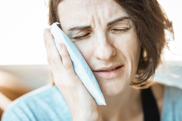compresa fría para aliviar el dolor de muelas rápido