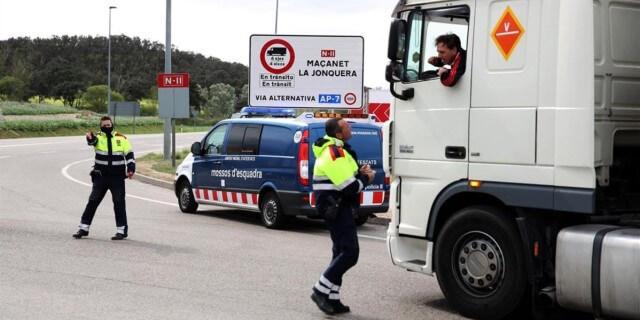 Restricciones al tráfico en Cataluña. Agentes indicando a un transportista profesional un desvío obligatorio
