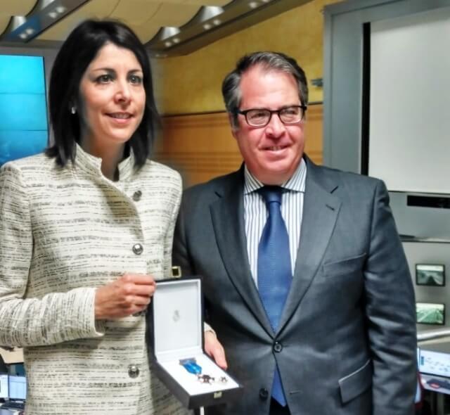 Anna Gonzalez recibiendo la Medalla al Merito de la Seguridad Vial de manos del director de la DGT