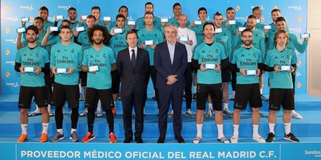 Jugadores del Real Madrid con Blua la tarjeta sanitaria digital de Sanitas que permite videoconsulta médica