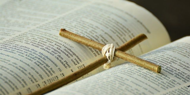 Cruz de madera sobre una biblia.