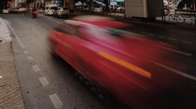 Coche sobrepasando el límite de velocidad permitido en vía urbana.