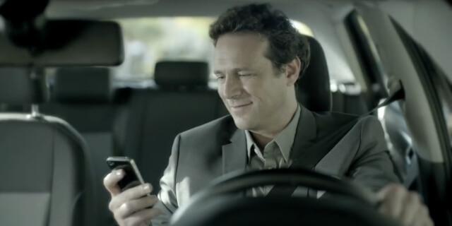 Una de las locuras al volante más comunes: coger el móvil.
