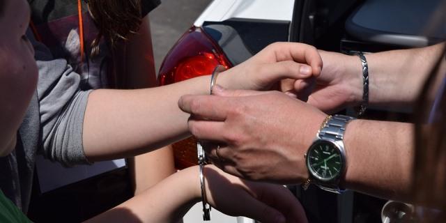 Conductor siendo arrestado por conducción temeraria.
