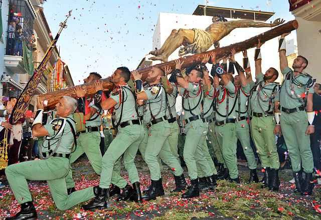 La Legión lleva a hombros al Cristo de la Buena Muerte de Málaga.
