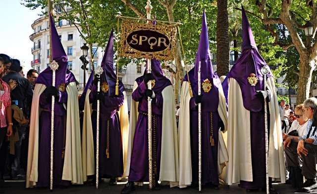 Nazarenos en una procesión de Semana Santa.
