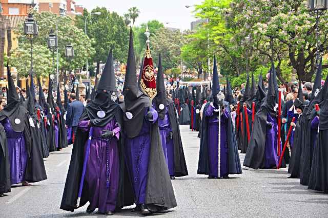 Nazarenos de una cofradía de Semana Santa.