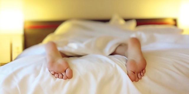pies de hombre durmiendo en su cama