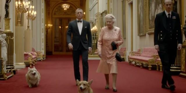 Bond, la reina Isabel II y el perro corgi Willow, en el anuncio de los JJOO de Londres 2012.