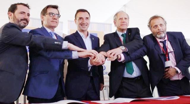 Firma de la alianza logística G6, formada por Antequera, Arteixo, Martorell, Mérida, Mondragón y Riba-roja de Turia