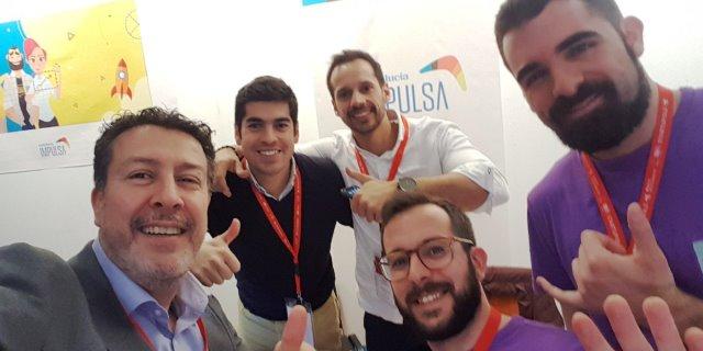 Ángel Uzquiza, director de innovación de Santalucía, con miembros del equipo de wBunker que han creado SCUDO