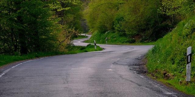 esta es una de las carreteras convencionales con curvas y en mal estado que necesitan una inversión estatal como infraestructura vial