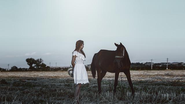 Chica junto a un caballo