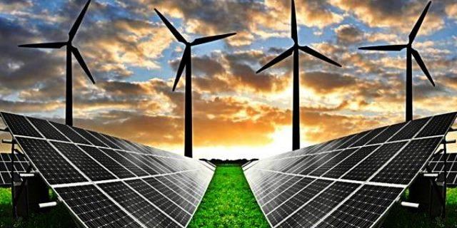 energías renovables imagen molinos y placas solares al atardecer