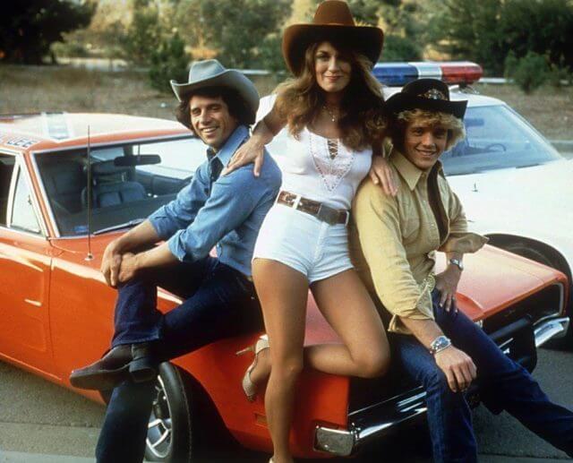 los tres atractivos protagonistas de la serie El sheriff chiflado junto al General Lee