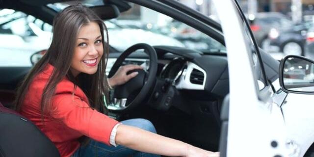milenial en su coche tras consultar un vídeo de mantenimiento del vehículo en youtube