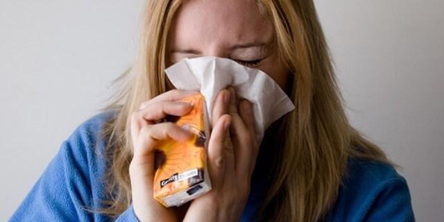El goteo nasal es uno de los síntomas de la alergia.