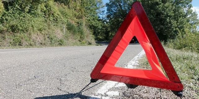 triángulo de seguridad que señaliza vehículo averiado o accidentado que necesita asistencia en carretera