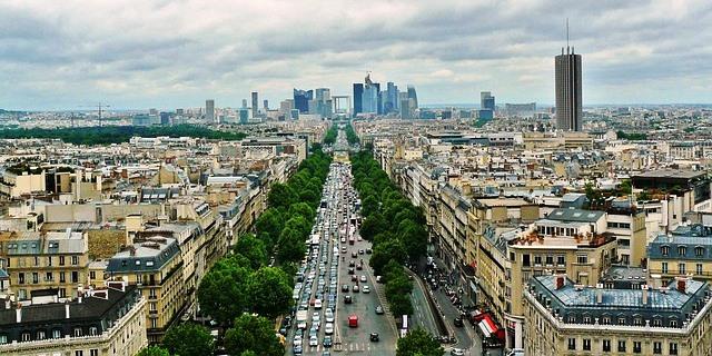 Francia intenta imponer una ecotasa a los camiones por circular por carreteras como esta del parisino barrio de La Defense