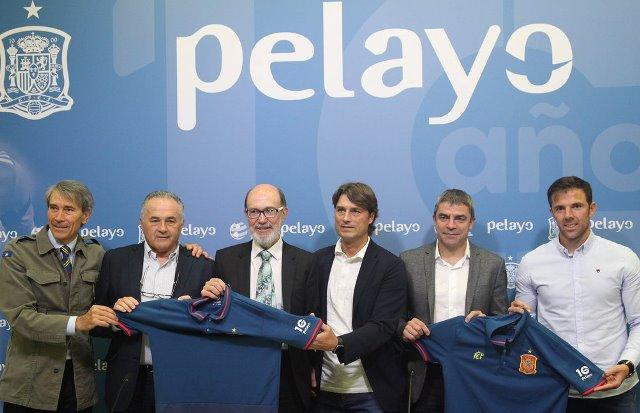 Lobo Carrasco, Rafa Gordillo, Julen Guerrero, Manolo Sanchís y Marchena en la celebración de los diez años de apoyo como patrocinador de la selección española de fútbol de Seguros Pelayo
