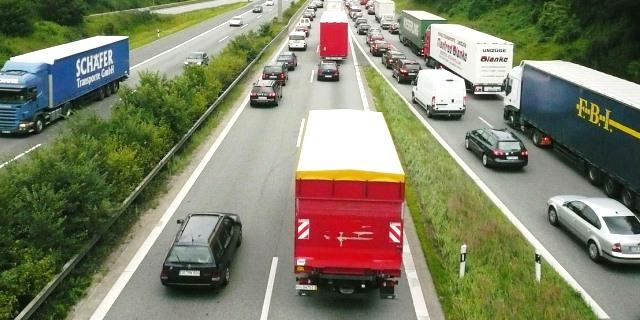 camiones en carretera emitiendo CO2 en una carretera europea