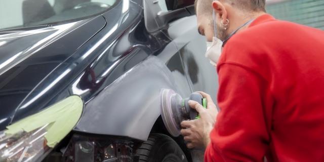 operario trabajando en el Centro Avanzado de Reparaciones CAR de Barcelona abierto por Línea Directa
