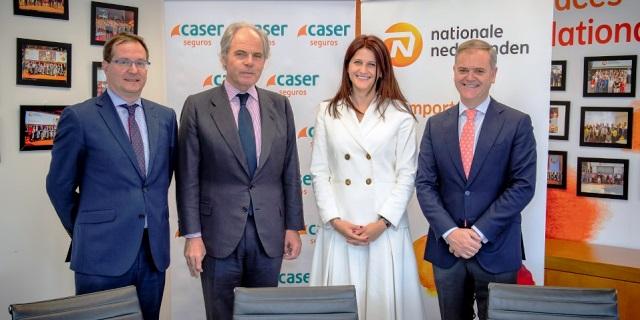 Representantes de Caser Seguros y Nationale Nederlanden en la firma del acuerdo para colaborar protegiendo con seguros a las pymes