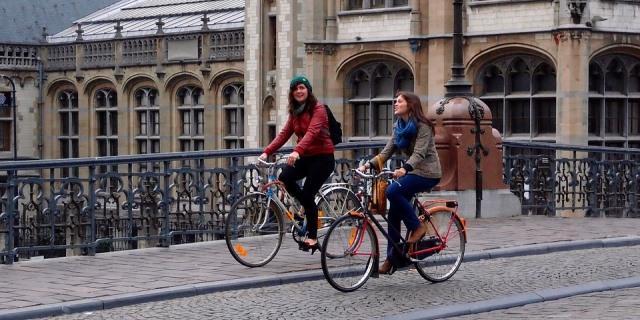 Circular en la acera con bicis está prohibido y multado.