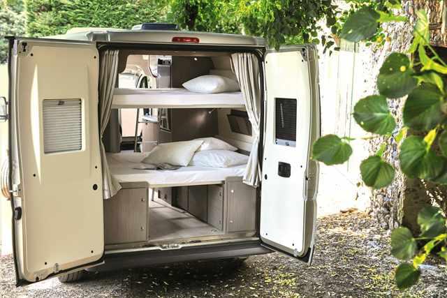 Zona interior de una furgoneta camper.