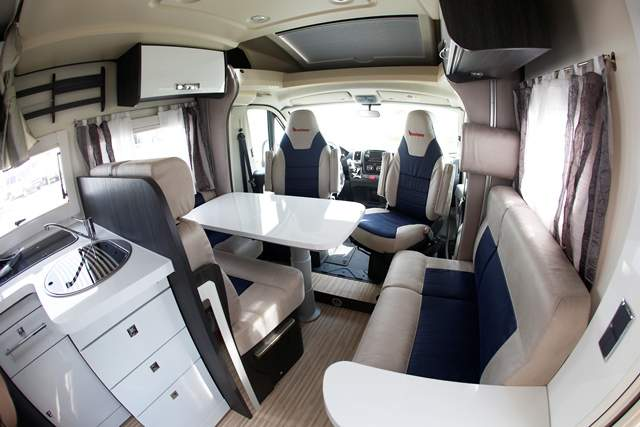 Zona interior de una autocaravana.